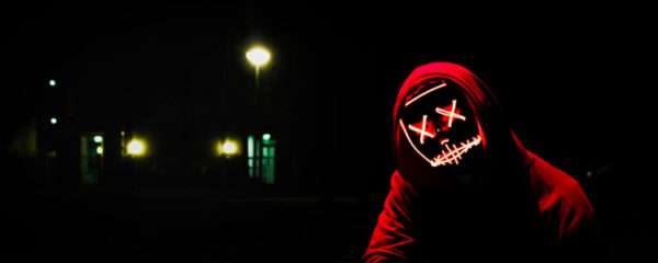 """Pirate """"black hat"""" avec masque dans la nuit"""